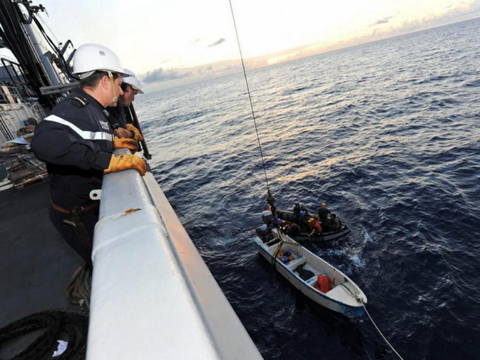Una embarcación de piratas somalíes interceptada por un buque francés