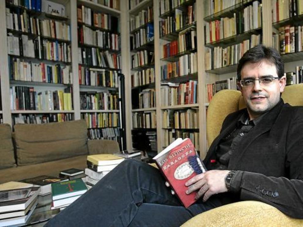 Pedro Rújula en su casa con un libro de la Guerra de Independencia entre las manos.