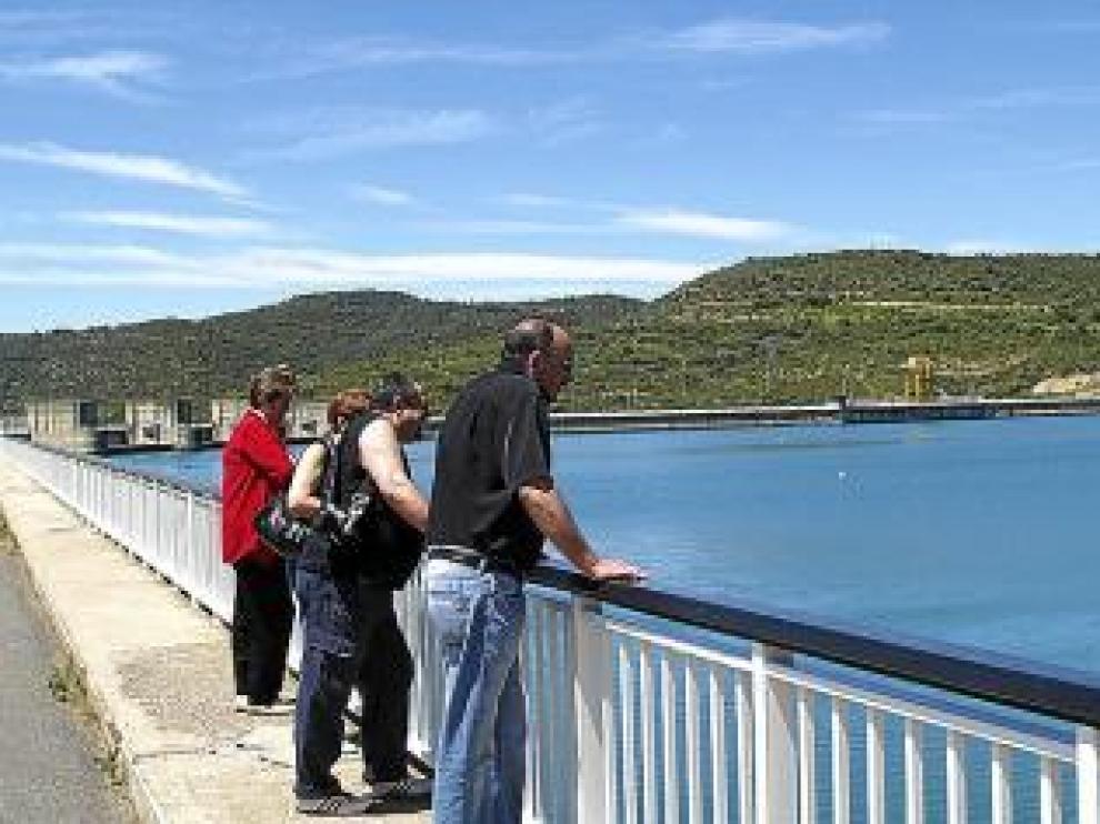 Visitantes en la presa de El Grado.