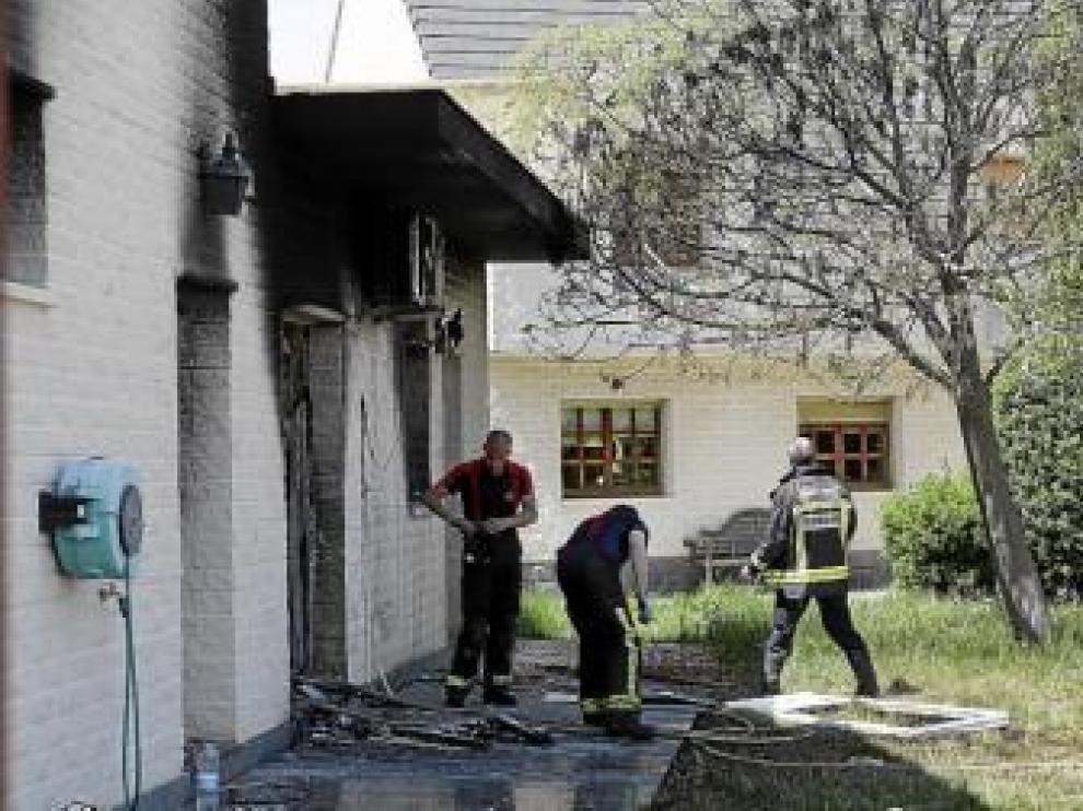 Tres bomberos, durante los trabajos de extinción.