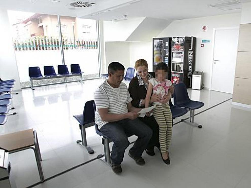 Un matrimonio y su hija, en un centro de salud de Aragón.