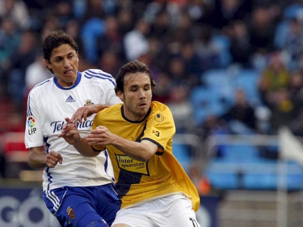 Jose Edmilson Gomes (i), pelea un balón con el centrocampista del RCD Espanyol Joan Verdú