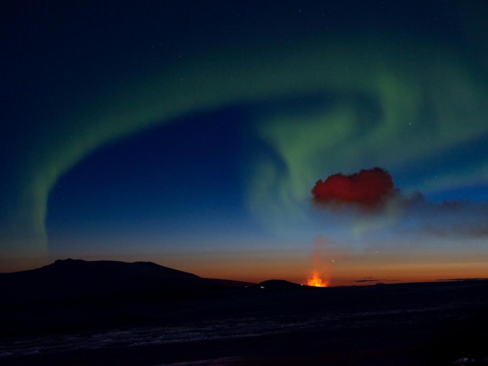 Aurora boreal sobre el volcán Eyjafjallajökull, durante las erupciones