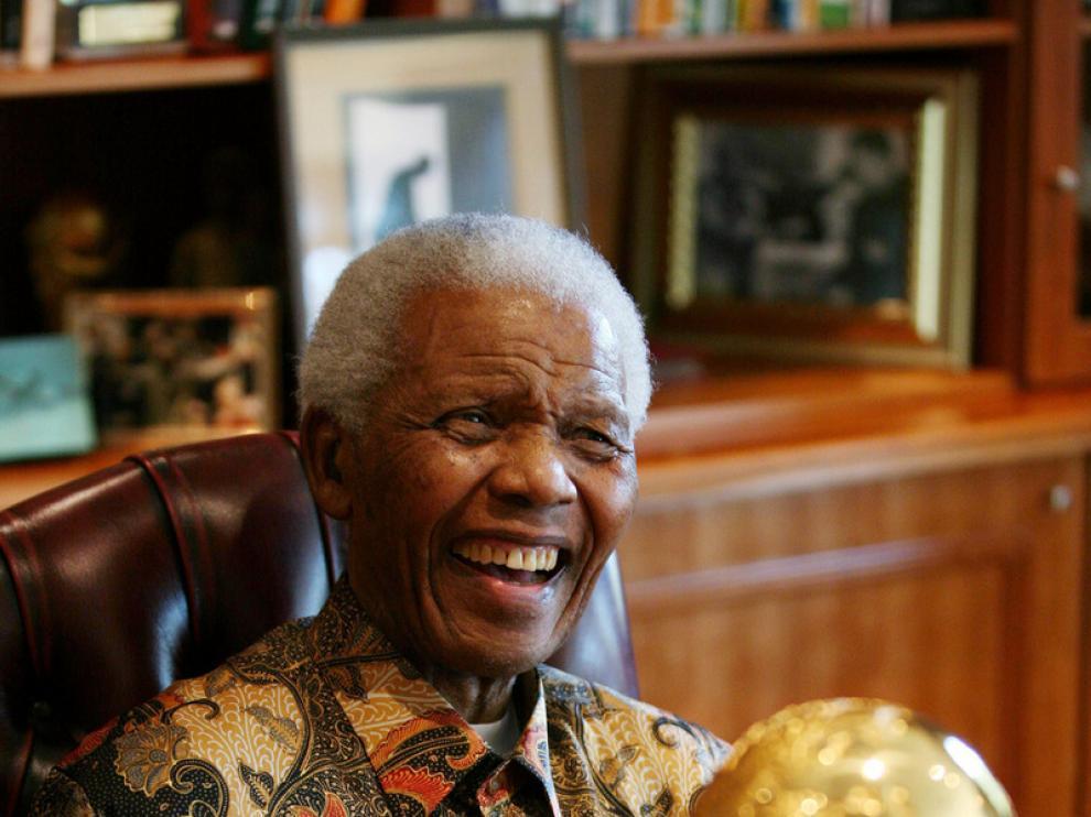 Nelson Mandela recibe el trofeo del mundial