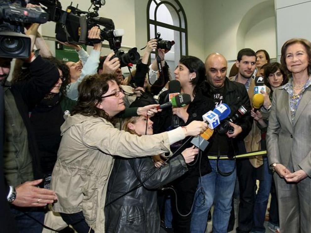 La reina Sofía atiende a los medios de comunicación después de la intervención, ayer en Barcelona.
