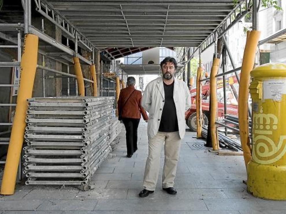 Andrés Lima, miembro de la compañía Animalario, ayer, en el Coso de Zaragoza.