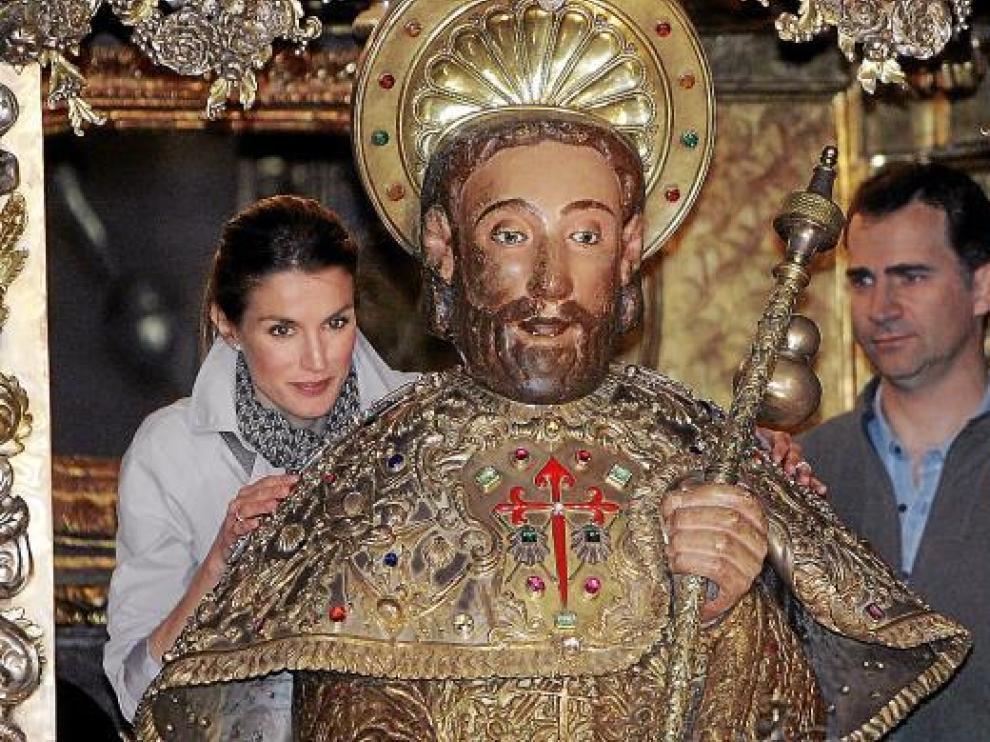 Los Príncipes de Asturias cumplieron ayer con el rito de abrazar la imagen del apóstol Santiago.