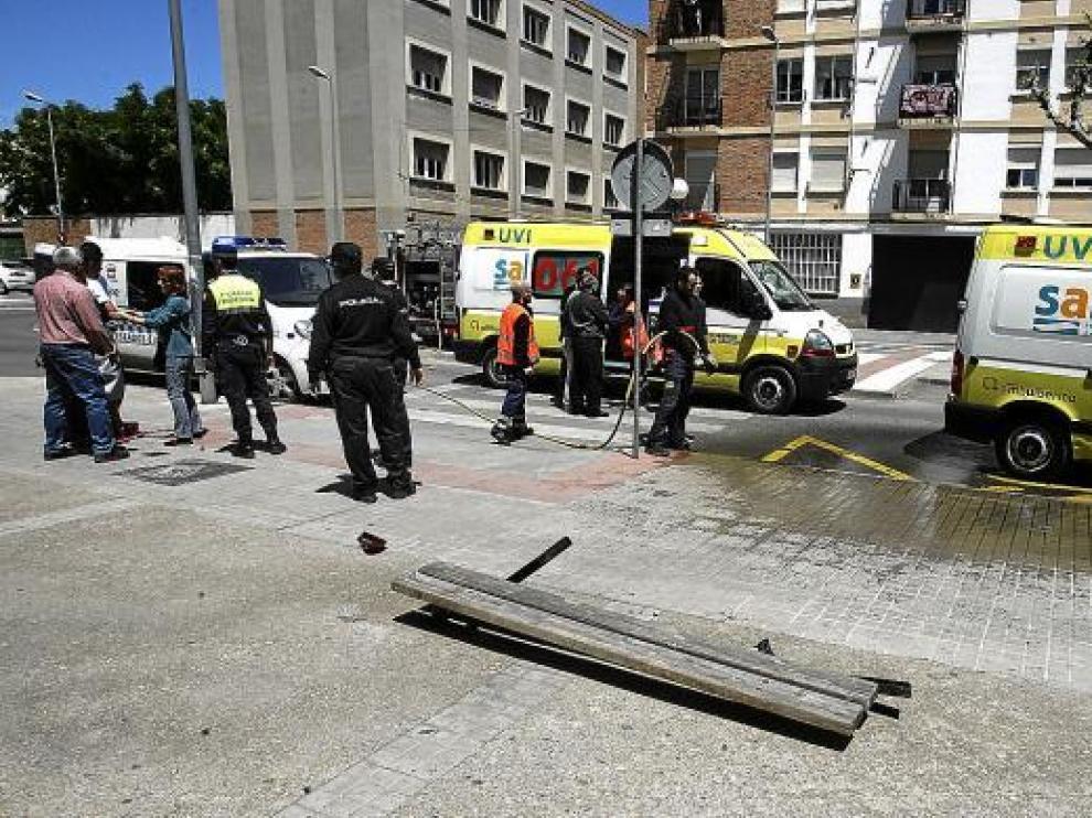 El vehículo se llevó por delante a la víctima y un banco al subirse a la acera de la plaza de Europa.