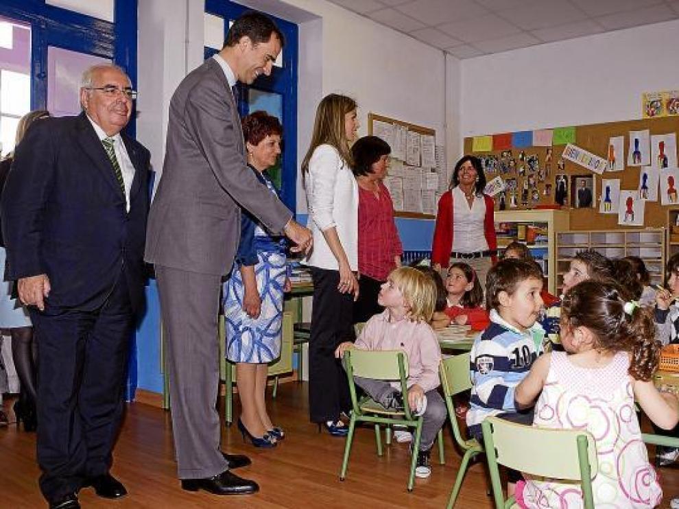 Los príncipes Felipe y Letizia, en un aula del colegio que lleva el nombre de su primogénita.