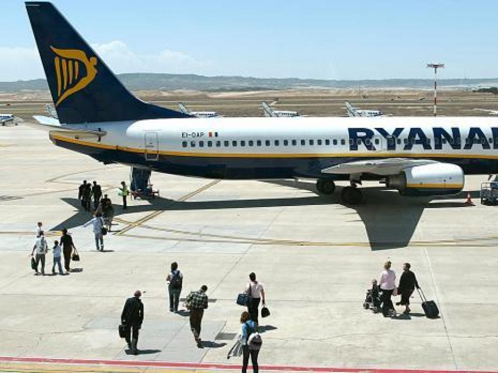 Un avión de Ryanair en el aeropuerto de Zaragoza