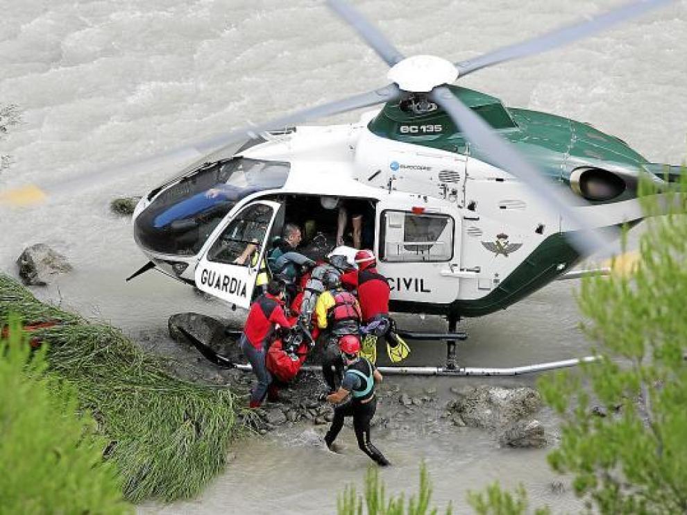 La fotografía recoge el momento en el que se rescataba el cuerpo de la fallecida, el 9 de agosto de 2009.