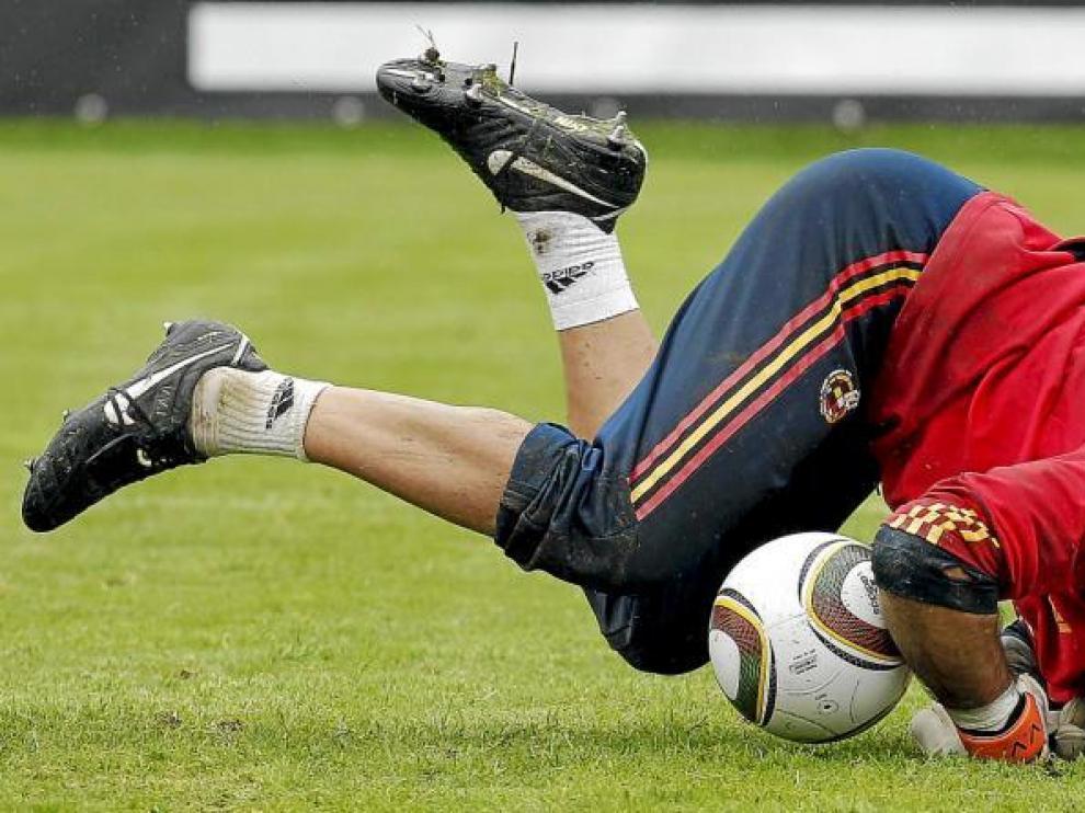 Víctor Valdés en un momento del intenso entrenamiento al que fue sometida ayer la selección.