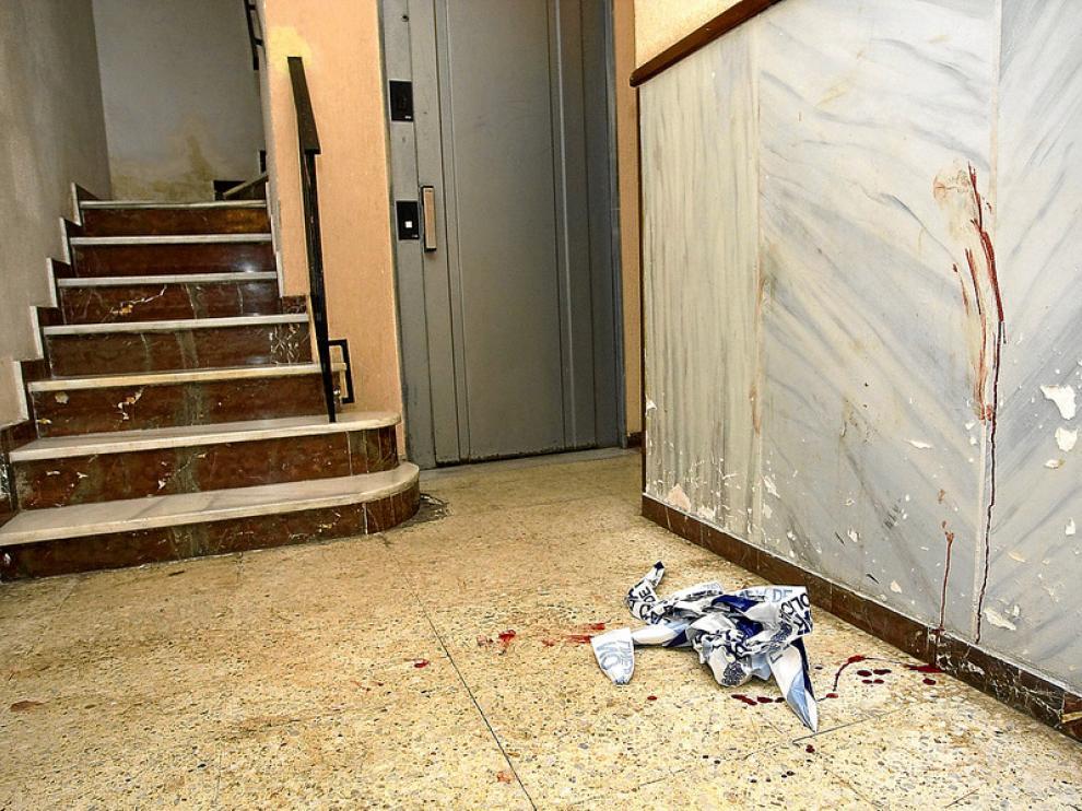 Interior del portal de Almería donde se descubrieron los cadáveres de una mujer y su hijo