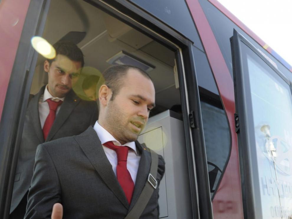 Andrés Iniesta baja del autobús de la selección