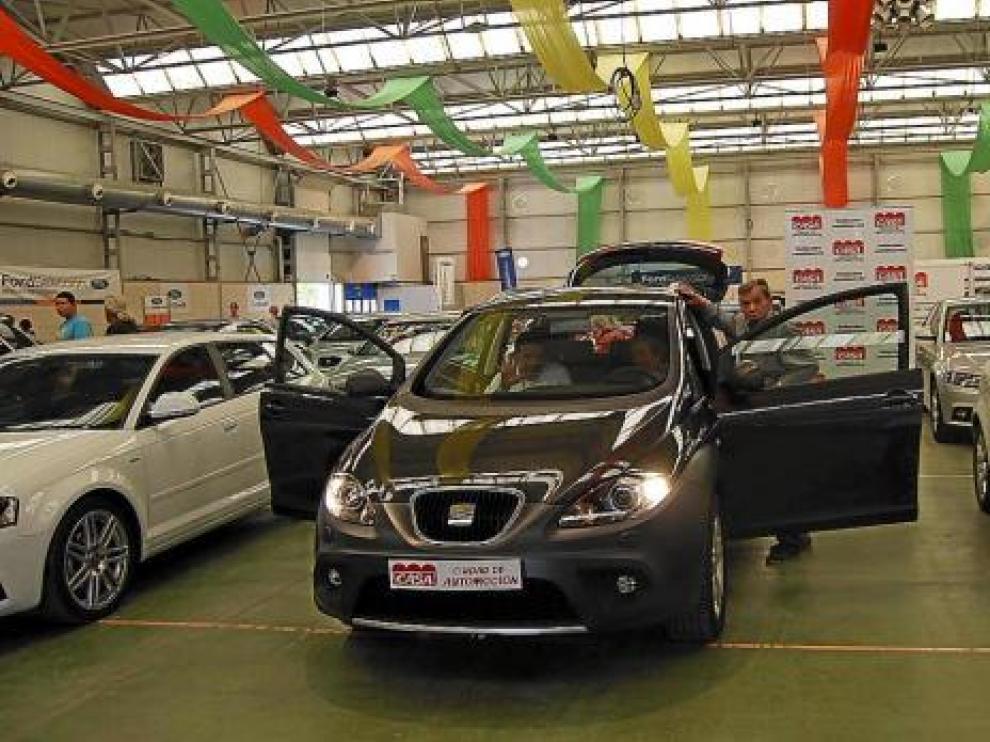 Algunos de los vehículos en la exposición de Barbastro.