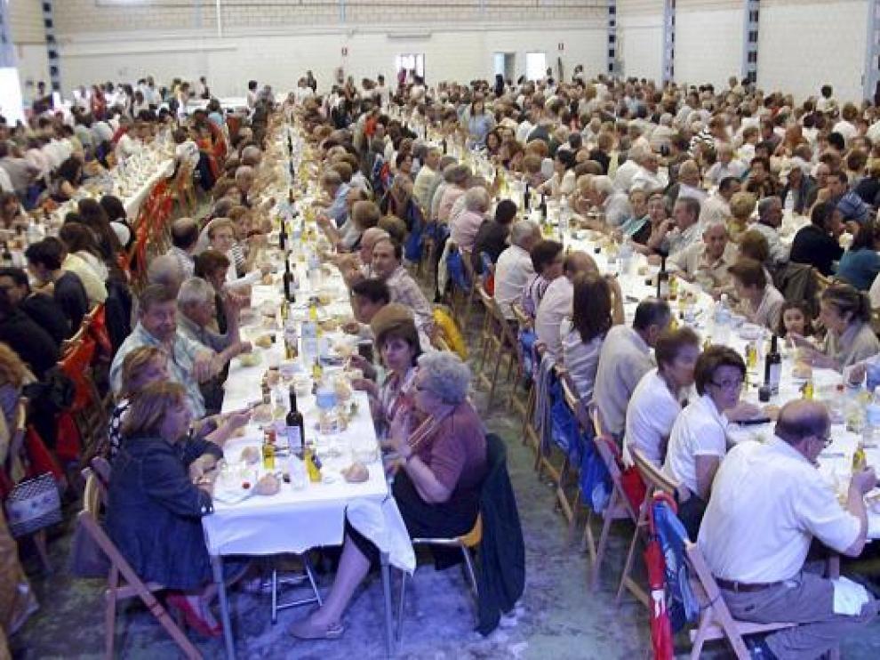 Los asistentes participaron en una comida de fraternidad en la cooperativa agrícola.