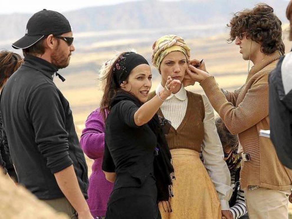 Paula Ortiz da instrucciones a Maribel Verdú, ayer en el rodaje en Bardenas.