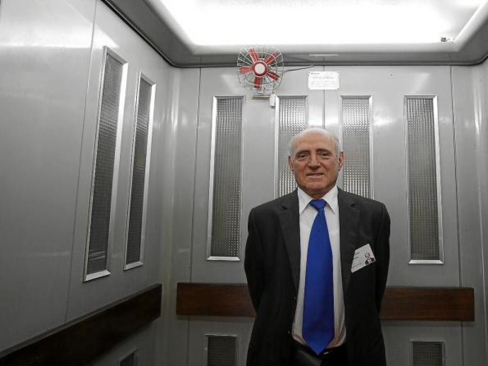 José Antonio Latre, en la cabina del ascensor que la empresa Giesa construyó en 1967 para la torre del Pilar.