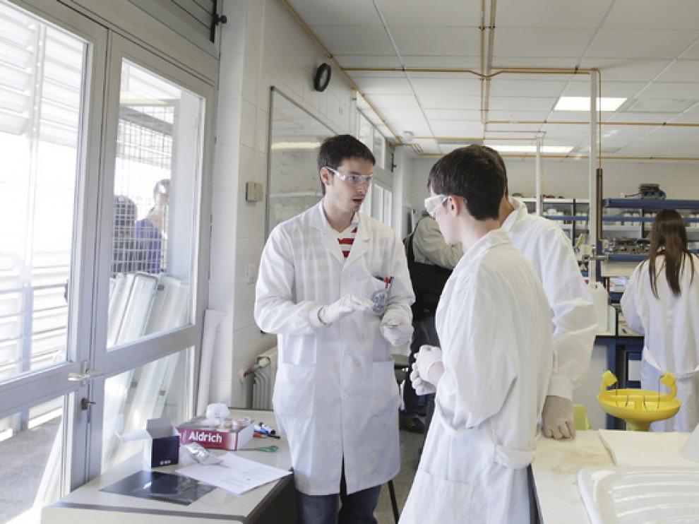 Algunos estudiantes en los laboratorios de la Universidad de Zaragoza