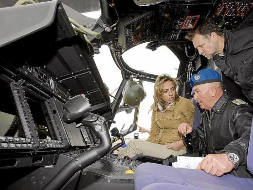La ministra, junto al presidente Iglesias, atiende a las explicaciones sobre la aeronave.