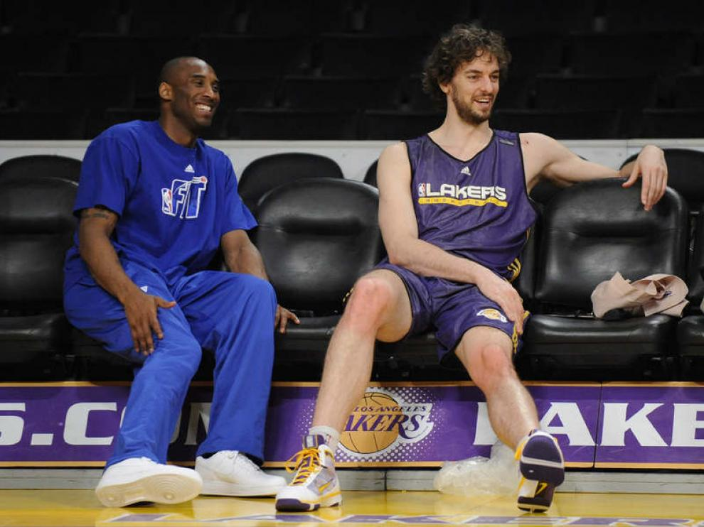 Kobe y Gasol charlan durante el entrenamiento.