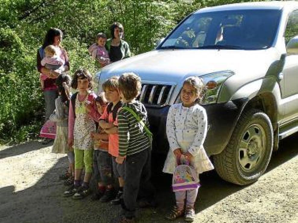 Los niños van al colegio en todoterreno por el mal estado de la pista