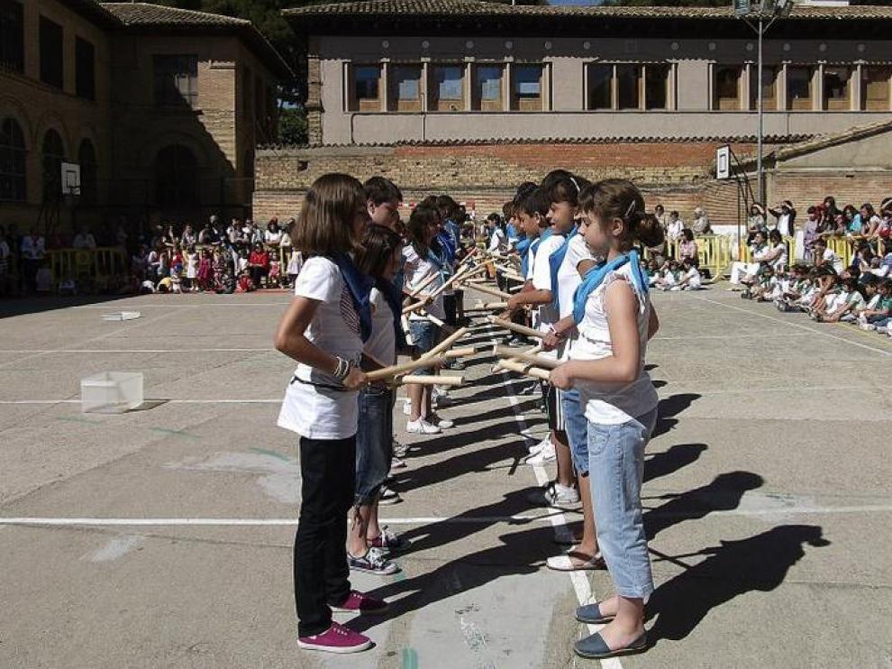 Alumnos de 6º de El Parque bailando un 'palotiau'.