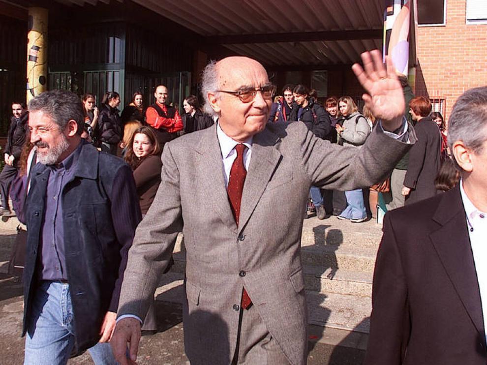 El escritor durante una visita a Zaragoza en 2001