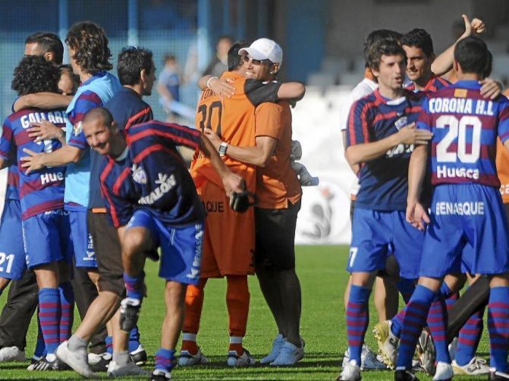 Los jugadores del Huesca se abrazan sobre el césped de Balaídos en una imagen de archivo