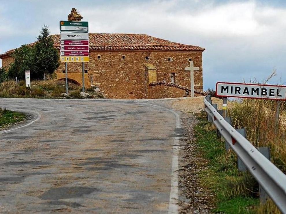 La A-226 a la entrada de Mirambel.