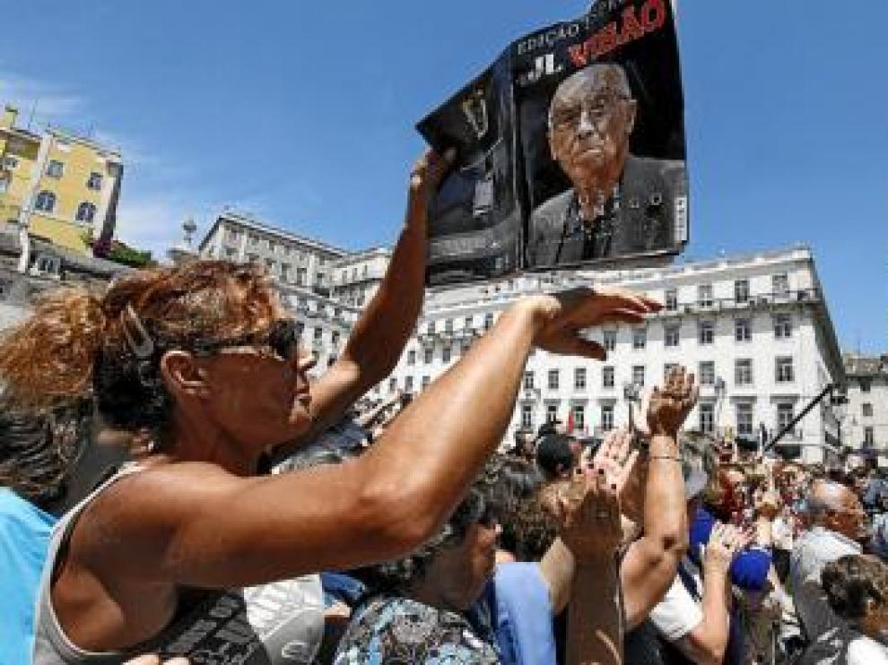 Miles de lisboetas despidieron al premio Nobel portugués.