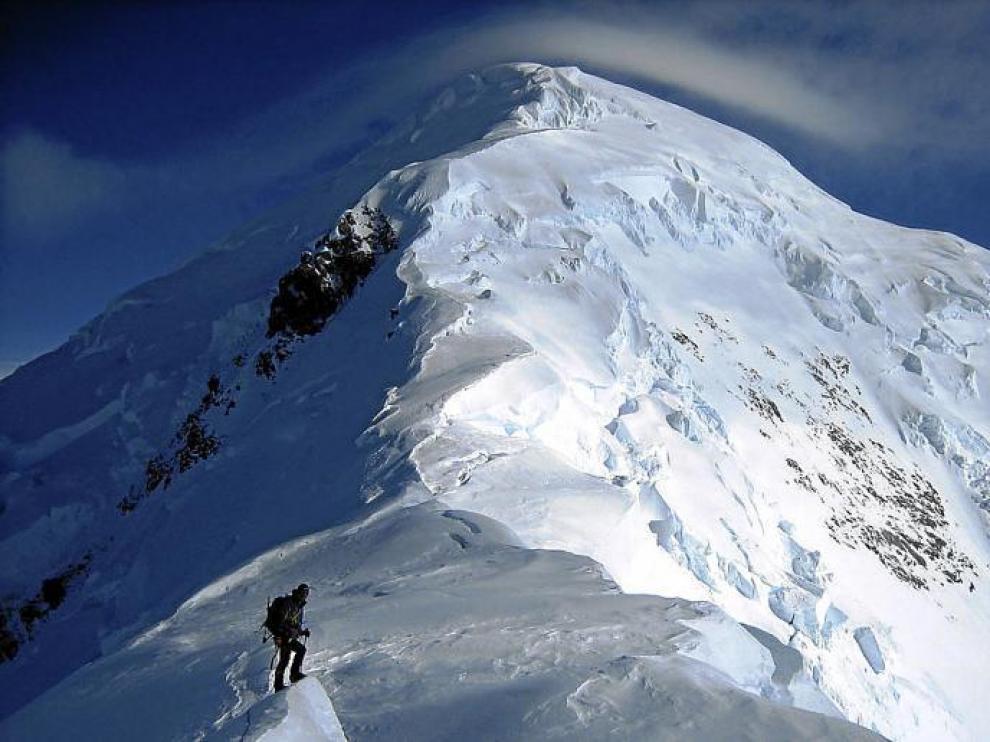 Uno de los miembros de la expedición del CER por la arista que lleva a la imponente cima del Fairweather.