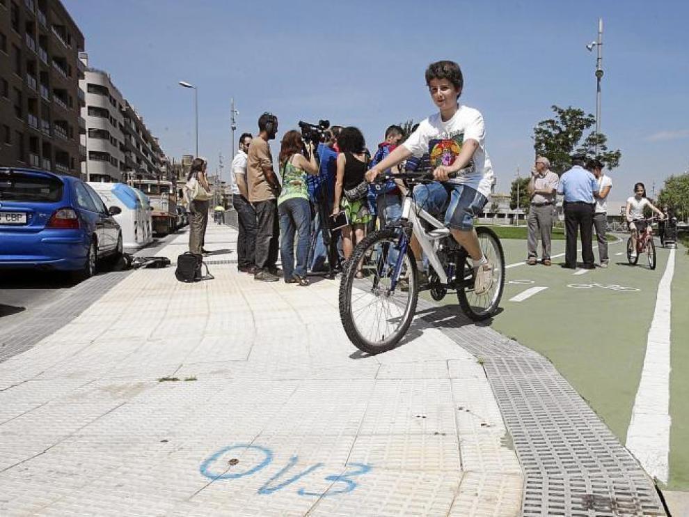 Varios niños que circulan por el parque Universidad llegan a la acera de Luis Mur Ventura, donde arrancará el nuevo tramo de carril bici.
