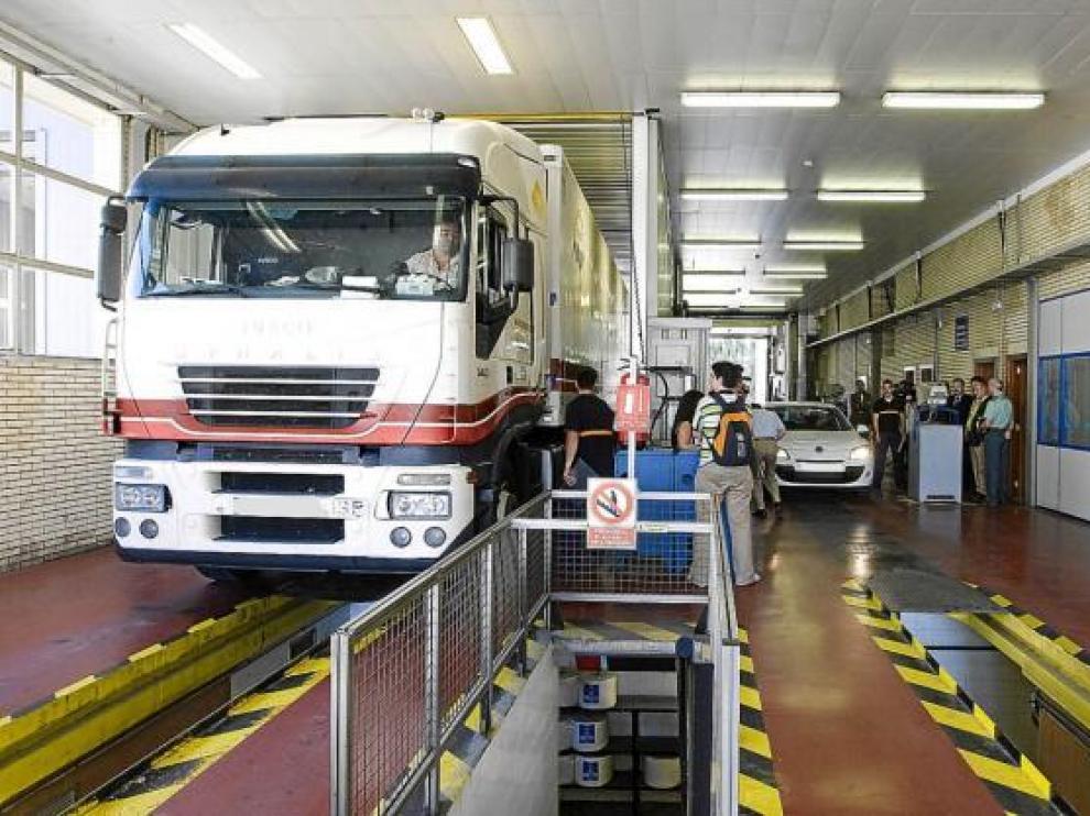Los responsables de seguridad vial visitaron la ITV de Malpica para alertar a los conductores.
