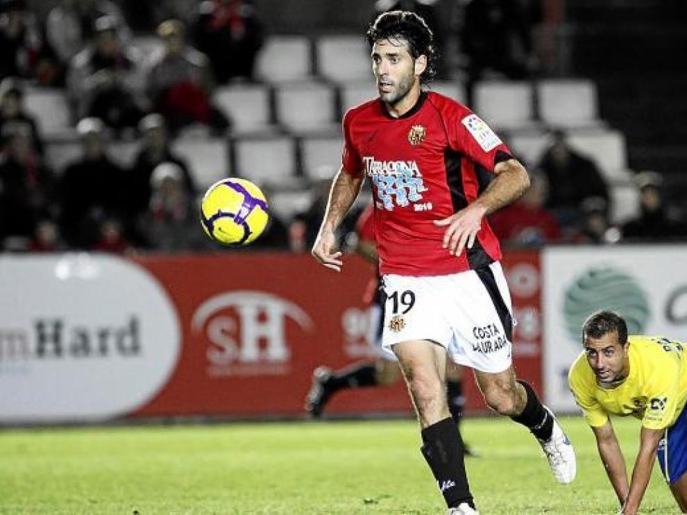 David Bauzá controla la pelota durante un partido con el Nástic de Tarragona.