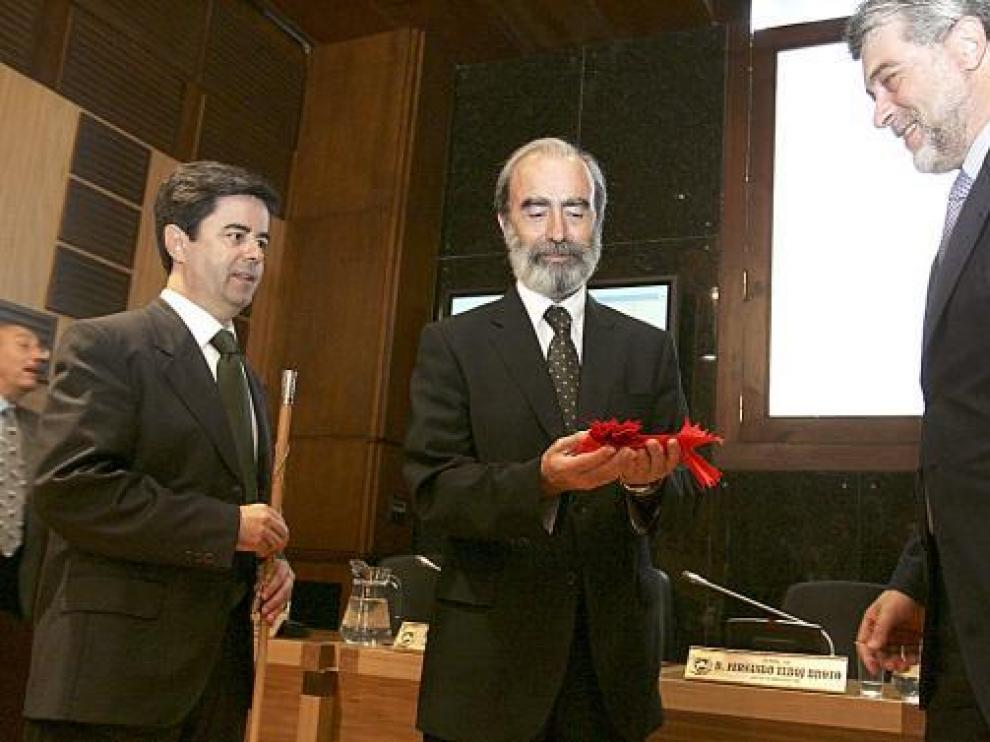 Luis Felipe -izda.- y Fernando Lafuente entregaron a Elboj su banda de concejal y su bastón de mando.