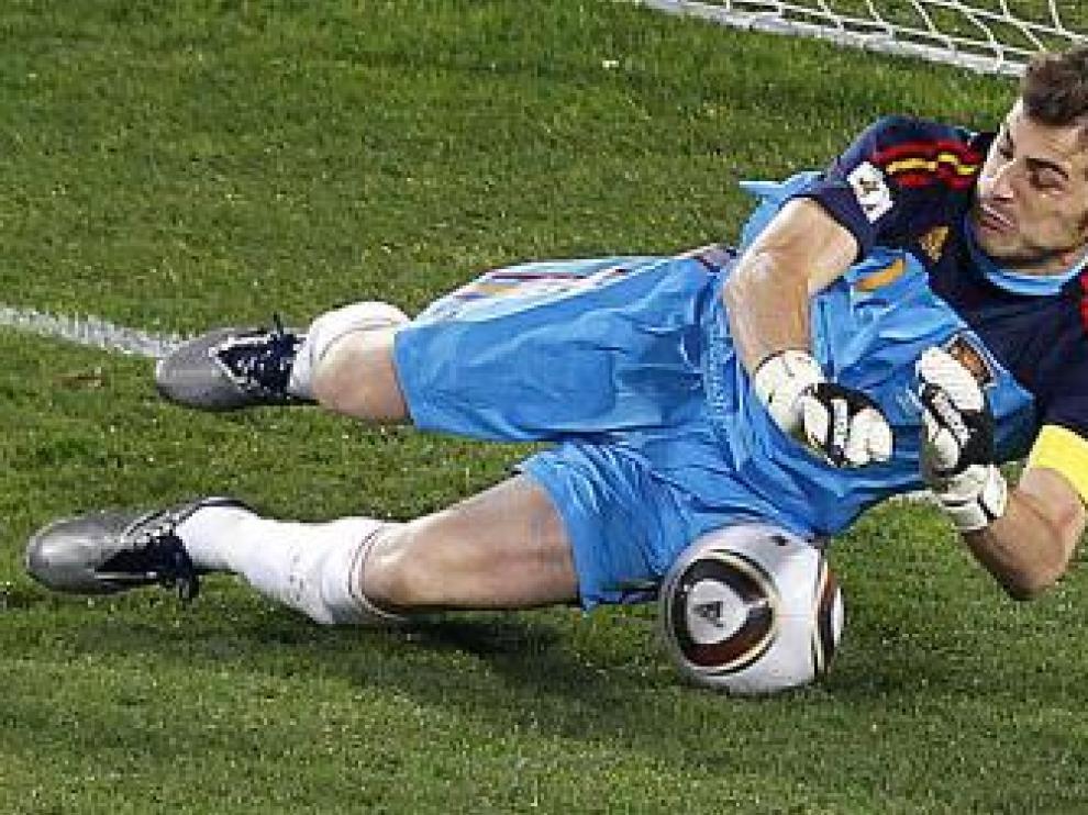 Casillas detiene el penalti.