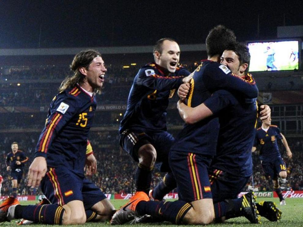 Los jugadores de la selección española se abrazan a Villa, autor del gol de la victoria.
