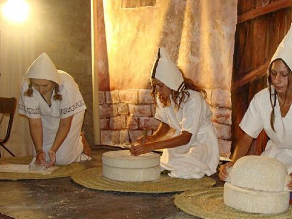 El grupo de recreación Ositanos mostró cómo molía el grano y amasaba el pan el pueblo ibero.