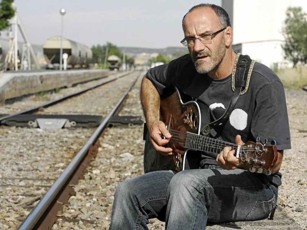 Ricardo Constante toca su guitarra en la estación de tren de Plasencia del Monte.