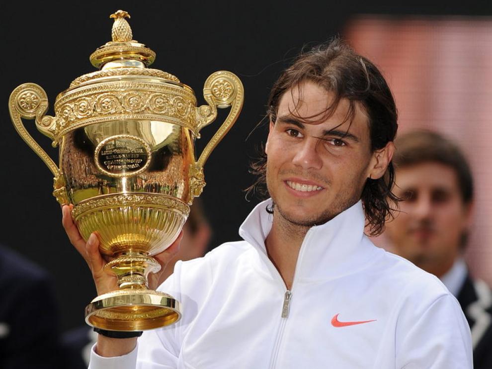 Nadal sostiene la copa de Wimbledon