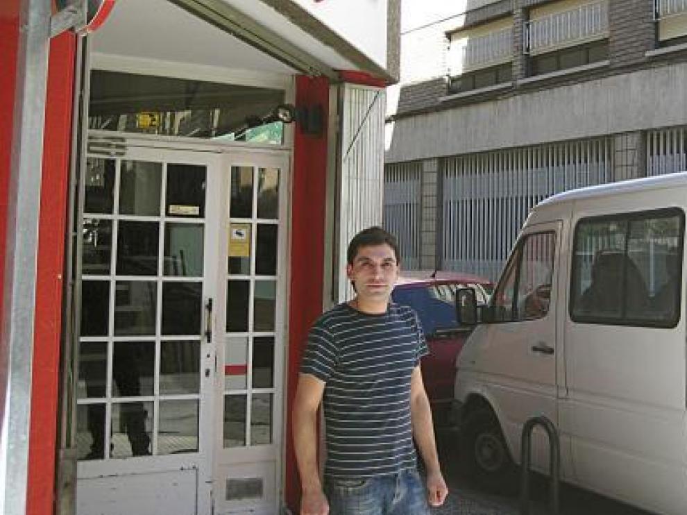 Alberto, en la puerta del Coffee House, junto a la calle de Héroes del Silencio.