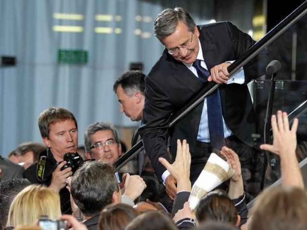 Komorowski saluda a sus seguidores durante la noche electoral.