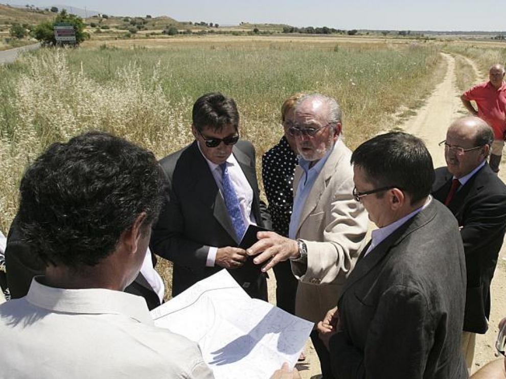 Las autoridades visitaron ayer los terrenos en los que se construirá el parque empresarial junto a la autovía de Lérida a su paso por Loporzano.