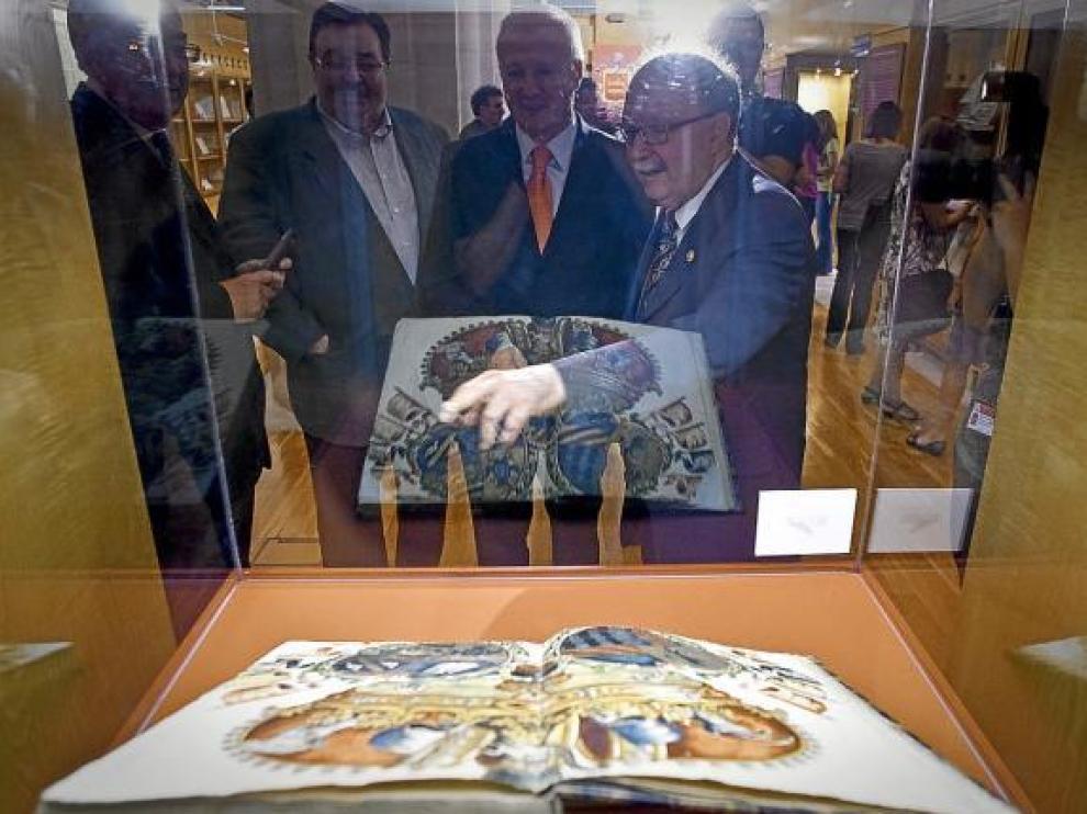 El profesor Guillermo Redondo enseña una de las obras incluidas de la exposición.
