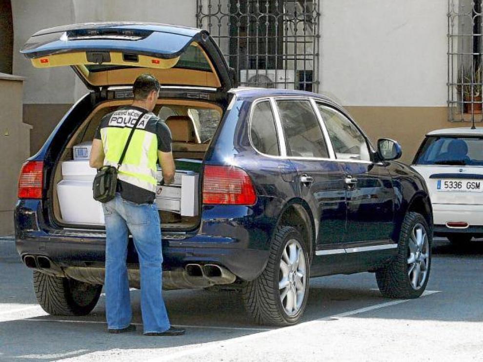Agentes de la Policía Nacional retiran numeros archivadores con documentación del interior del Ayuntamiento de Orihuela.