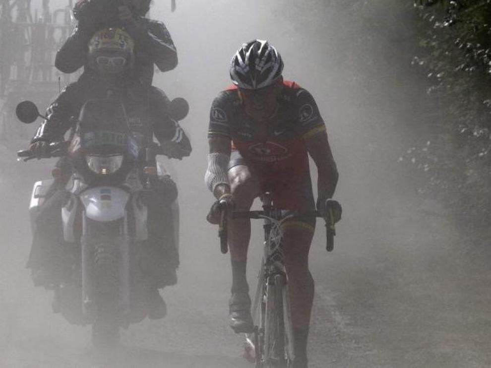 Lance Armstrong, solo, en pleno tramo de pavés.