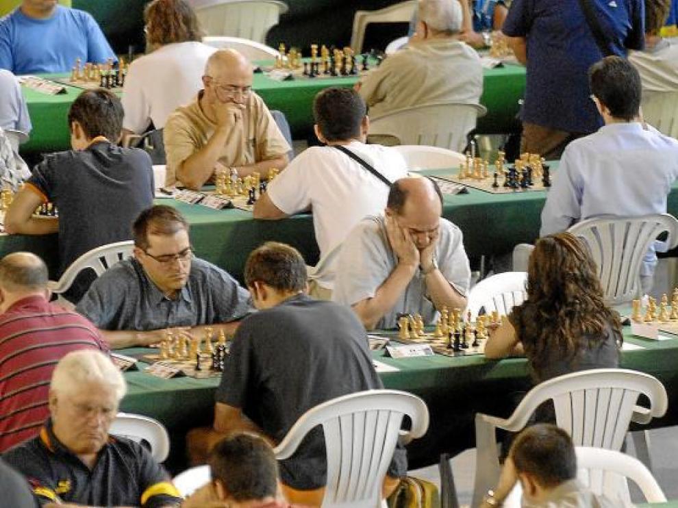Cada año acuden a Benasque cientos de participantes de gran nivel que disputan varias partidas para lograr el objetivo.