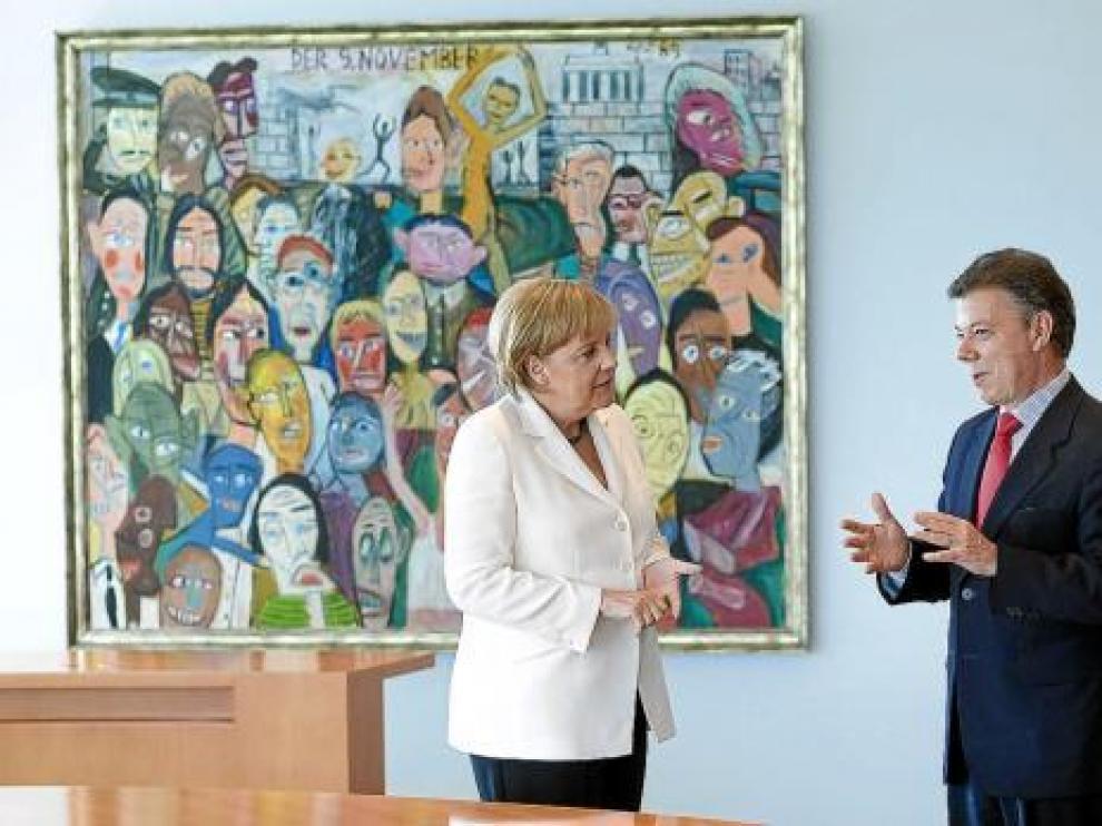 La canciller Angela Merkel recibe al presidente Juan Manuel Santos, ayer.