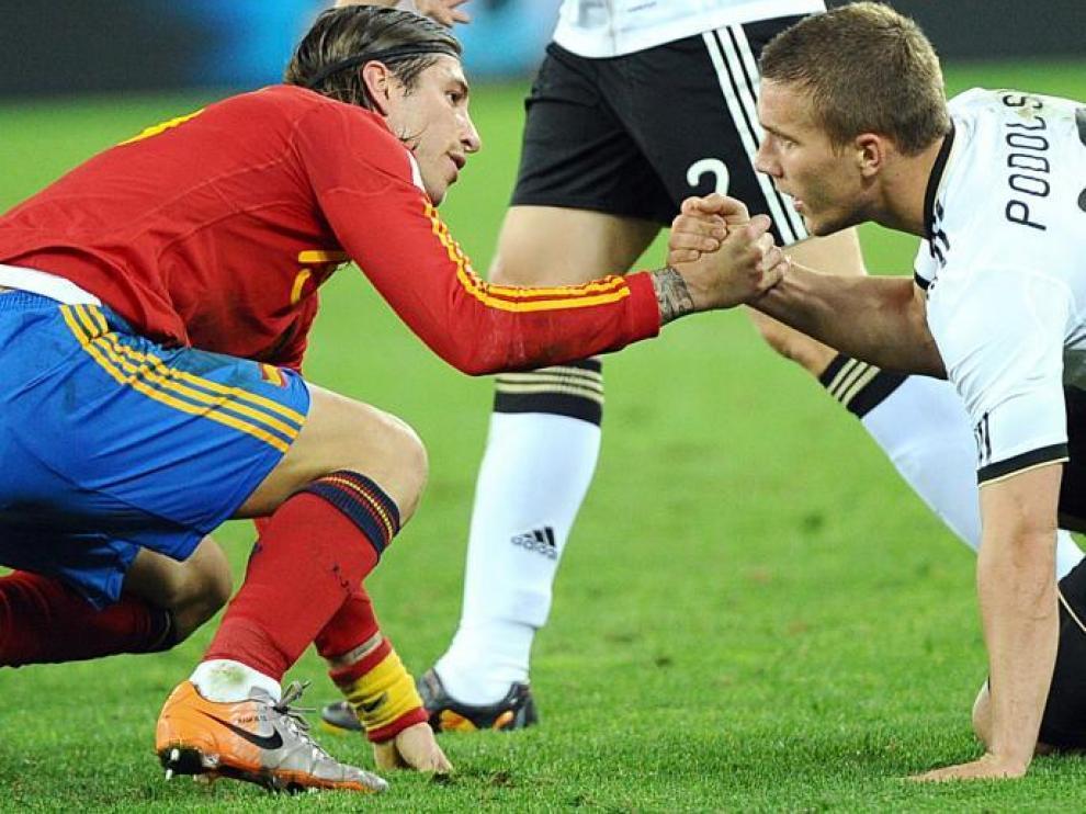 La deportividad también es signo de identidad de la Roja. En la imagen, Ramos y Podolski se dan la mano, ayer en Durban.